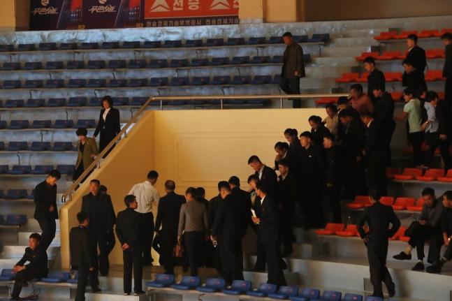 2019アジアユース・ジュニア重量挙げ選手権大会が開かれている22日、平壌の重量挙げ競技場を訪れた平壌市民が韓国選手の順序になると席を外している。 写真=共同取材団