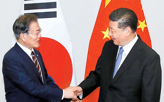 G20首脳会議に出席するため日本を訪問中の文在寅大統領が27日、習近平中国国家主席と大阪ウェスティンホテルで開かれた首脳会談前に握手している。習主席は文大統領に「非核化の意志は変わらない」とし「対話を通じて問題を解決していきたい」という金委員長のメッセージを伝えた。カン・ジョンヒョン記者