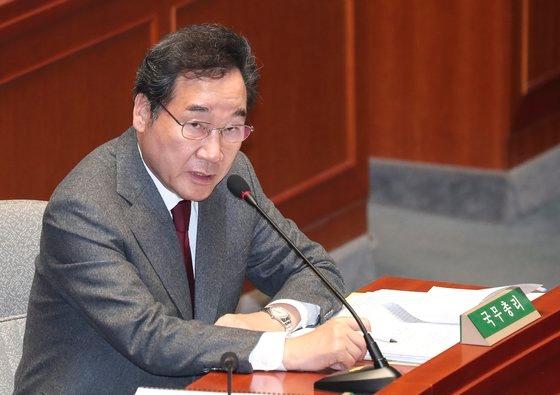 李洛淵首相が7日午前、国会で開かれた予算決算特別委員会全体会議で議員の質問に答えている。 イム・ヒョンドン記者