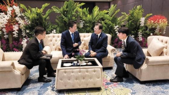 4日、タイ・バンコクのインパクトフォーラムでASEANプラス3首脳会議の前に会った文在寅大統領と安倍首相。[写真 青瓦台]