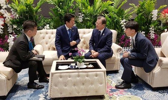 文在寅大統領と安倍首相が4日午前(現地時間)、タイ・バンコクのインパクトフォーラムでASEANプラス3首脳会議の前に歓談している。 [青瓦台提供]