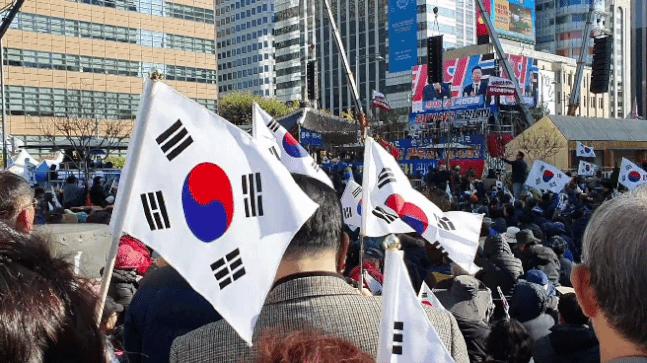 9日午後、光化門広場で保守集会参加者らが太極旗を振っている。クォン・ユジン記者