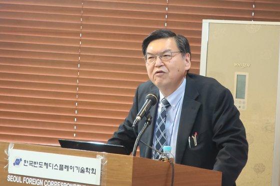 日本の半導体専門家である産業タイムズの泉谷渉代表が11日にソウルプレスセンターで「なぜ日本は素材産業が強いのか」を主題に講演した。彼は「創業100年以上の企業がすぐにお金にならなくても数十年間ひとつの分野にぶらさがったため」と話した。[写真 韓国半導体ディスプレー技術学会]