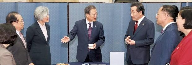文在寅大統領が12日釜山のBEXCOで閣議をするのに先立ち李洛淵首相らとASEANコーヒーを飲んで対話している。ASEANコーヒーは韓国のバリスタがASEAN10カ国のコーヒーを混ぜて作った。左から時計周りに趙成旭公正取引委員長、呉巨敦釜山市長、康京和外交部長官、文大統領、李首相、洪楠基副首相兼企画財政部長官、李貞玉女性家族部長官。ホ・ムンチャン記者