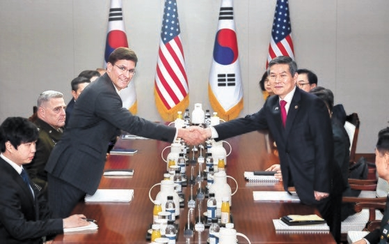 鄭景斗国防部長官とエスパー国防長官が15日、国防部庁舎で開かれた韓米定例安保協議(SCM)で握手している。[写真共同取材団]