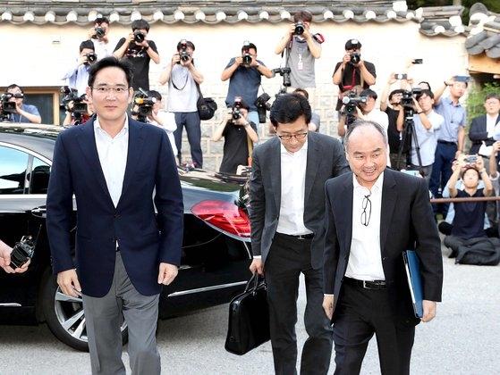 孫正義ソフトバンク会長(右)と李在鎔サムスン電子副会長(左)が7月4日にソウルの韓国家具博物館を訪れた。この日李副会長と鄭義宣現代自動車首席副会長、具光謨LG代表、金沢辰NCソフト代表と李海珍ネイバーグローバル最高投資責任者(GIO)が会った。オ・ジョンテク記者