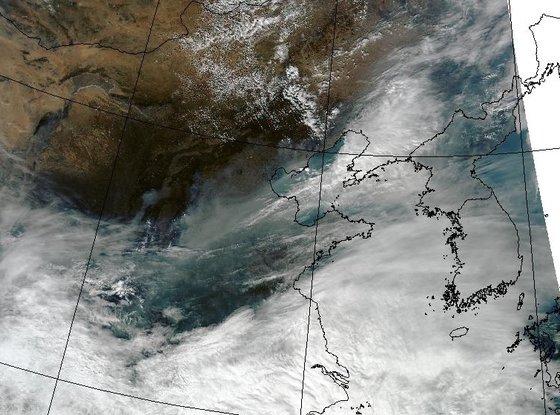今年3月、米航空宇宙局人工衛星が撮影した写真。中国粒子状物質が韓半島に流入することを見ることができる。韓国が来年3月、静止軌道環境衛星を打ち上げれば中国発粒子状物質による汚染を監視できるものと期待されている。[写真 アメリカ航空宇宙局(NASA)]