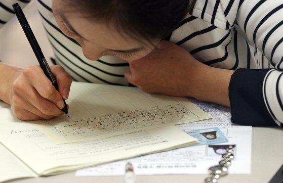 日本では全国30カ所で年間3回韓国語能力試験(TOPIK)が実施される。[中央フォト]