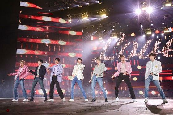 防弾少年団(BTS)が先月、ソウル蚕室オリンピック主競技場でワールドツアー「LOVE YOURSELF:SPEAK YOURSELF」フィナーレ コンサートの舞台に立った。韓国政府が21日に発表した代替服務制改善計画で、BTSなど国威宣揚に寄与した大衆文化芸術家に対する兵役特例要求は受け入れられなかった。[写真 Big Hitエンターテインメント]