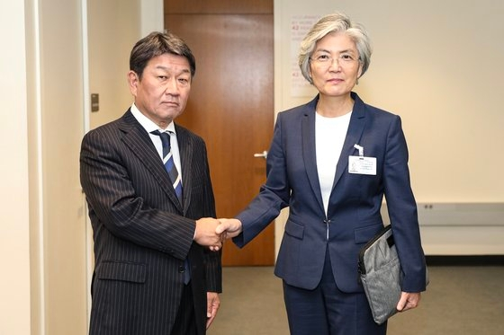 9月に国連総会参加のため米国を訪問した康京和長官がニューヨークの国連本部で日本の茂木敏充外相と記念撮影をしている。
