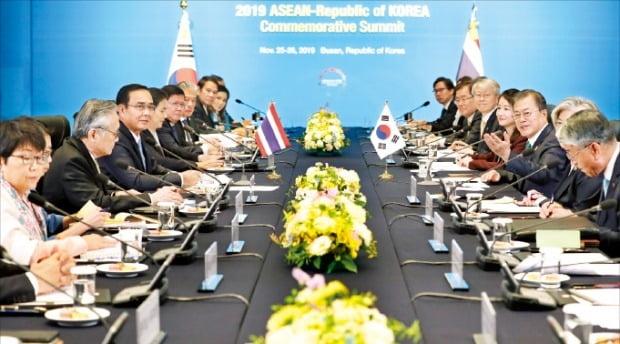 文在寅大統領が25日釜山市内のホテルでタイのプラユット首相(左から3人目)と首脳会談をしている。ホ・ムンチャン記者