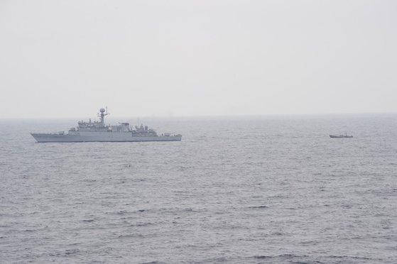 6月11日、束草(ソクチョ)の東北に161キロメートル地点(NLL以南約5キロメートル地点)で漂流中の北朝鮮漁船1隻を韓国海軍艦艇が発見し、曳行している。[写真 合同参謀]