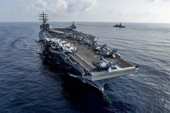 昨年8月、南シナ海で海上自衛隊と共同訓練をした原子力空母「ロナルド・レーガン」 [写真 米海軍]