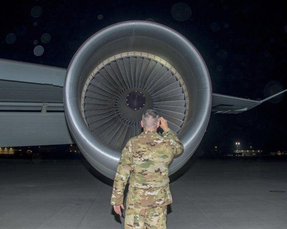 2018年4月12日、偵察飛行前にRC-135V/Wリベットジョイントの点検が行われている。アジア地域だけでなく欧州やアフリカなど任務地域は広い。[写真 米空軍]