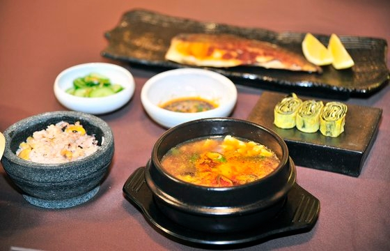 大賞を受けたマレーシア参加者の栄養石釜ご飯の定食。サバ焼き・純豆腐チゲ・ナムルのおかずまで韓国料理で審査委員の点数を得た。[写真 韓国料理振興院]
