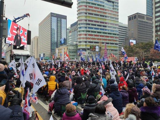 7日午後に光化門の東和免税店前で開かれた保守団体の集会。クォン・ユジン記者