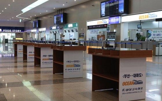 釜山~対馬(厳原)を運航する旅客船全便の運航が中断された。未来高速海運が運営するコビー号が8月18日から該当路線の運航を中断した関係で、釜山港国際旅客ターミナルが休日にもかかわらず閑散としている。ソン・ポングン記者