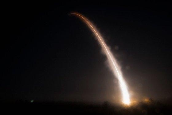 5月1日未明(現地時間)、米カリフォルニア州バンデンバーグ空軍基地で発射されたミニットマン3大陸間弾道ミサイル(ICBM)が上昇している。核弾頭がないミサイルを発射する訓練。[写真 米空軍]