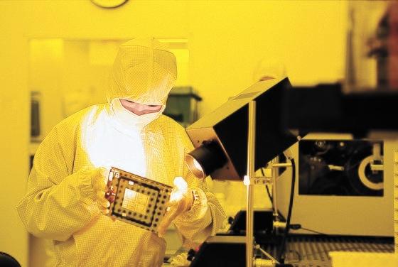 京畿道龍仁市(ヨンインシ)のサムスン電子器興(キフン)キャンパスで職員が装備を点検している。[写真 サムスン電子]