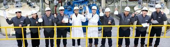 昨年12月30日、全羅北道群山のテギョンSBCの工場で自社生産された紫外線遮断剤の核心原料であるナノ二酸化チタンを手にしてポーズを取っている。フリーランサー チャン・ジョンピル