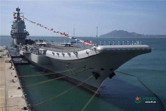 中国の空母「山東」。中国は現在の2隻から2035年に6隻の空母を保有し、米国の海軍力に対応する大洋海軍を育成する方針だ。[中央フォト]