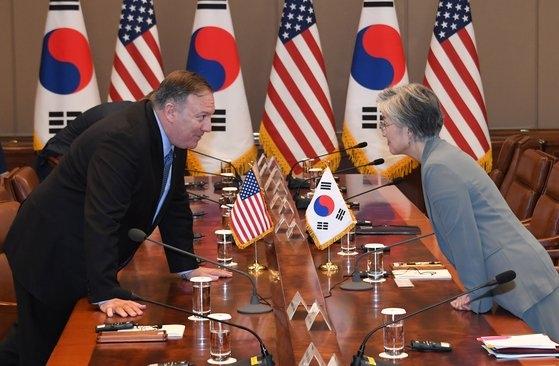 米国のマイク・ポンペオ国務長官(左)と韓国の康京和外交部長官(右)が昨年6月30日、青瓦台で開かれた文在寅大統領とドナルド・トランプ大統領の拡大首脳会談に先立ち、話を交わしている。[写真 青瓦台写真記者団]