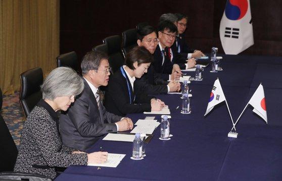 第7回韓日中首脳会議に出席するために中国四川省成都を訪問中の韓国の文在寅大統領(左から2人目)が昨年12月24日(現地時間)、日本の安倍晋三首相との首脳会談に臨んでいる。[写真 青瓦台写真記者団]