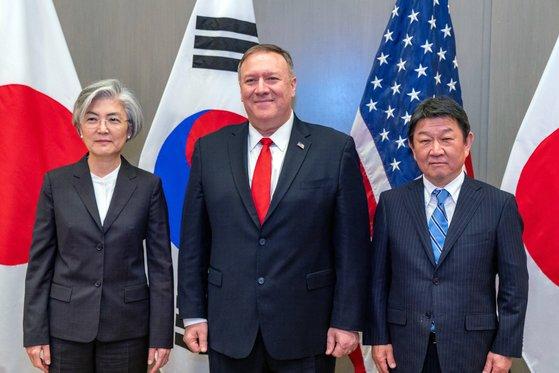 (左から)韓国の康京和外交部長官と米国のマイク・ポンペオ国務長官、日本の茂木敏充外相が14日(現地時間)、米国カリフォルニア・パロアルトで開かれた韓日米外相会談で記念撮影に臨んでいる。[写真 韓国外交部]
