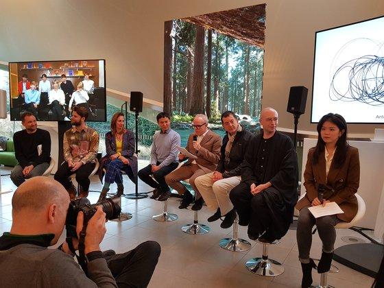 左から作家トマス・サラセーノ氏、ヤコブ・K・スティーンスン氏、グロピウス・バウ館長ステファニー・ローゼンタール氏、キュレーターのイ・デヒョン氏、サーペンタイン・ギャラリー館長ハンス・ウルリッヒ・オブリスト氏、作家アントニー・ゴームリー氏、サーペンタインCTOベン・ビッカーズ氏、作家カン・イヨン氏。