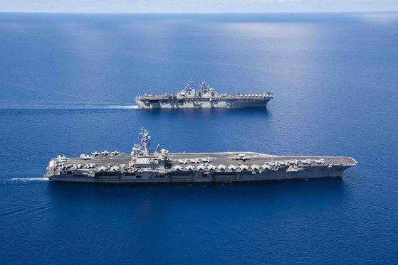 昨年10月、南シナ海を航海する「ロナルド・レーガン」(CVN-76、手前)と強襲揚陸艦「ボクサー 」(LHD-6)。[写真 米海軍]