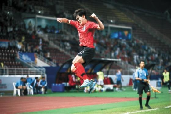 イ・ドンギョンがヨルダン戦の終了直前、「ブザービーターFKゴール」を決めて喜んでいる。[写真 大韓サッカー協会]