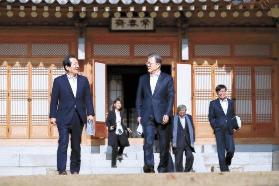 韓国の文在寅大統領(左から3人目)と丁世均首相(左)が20日、青瓦台・常春斎で初めての週定例会合を終えて会場を後にしている。右は金尚祖政策室長。[写真 青瓦台]