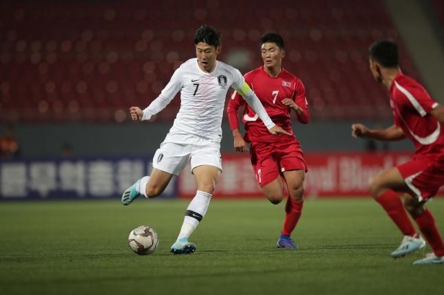 韓国の孫興民(ソン・フンミン)と北朝鮮の韓光成(ハン・グァンソン)が昨年10月15日、平壌で行われたW杯予選で会った。北朝鮮は6月に韓国で行われるリターンマッチに参加しない可能性もある。[写真 大韓サッカー協会]