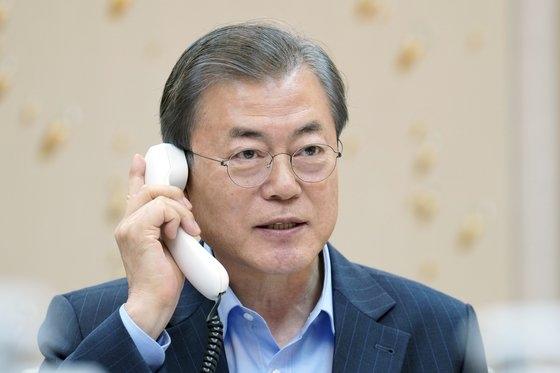 韓国の文在寅(ムン・ジェイン)大統領が1日午後、青瓦台で欧州委員会のウルズラ・フォンデアライエン欧州委員長と電話会談している。[写真 青瓦台]