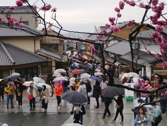 京都の観光名所、清水寺につながる道を歩く観光客。ほとんどが外国人観光客だった。 ソ・スンウク特派員