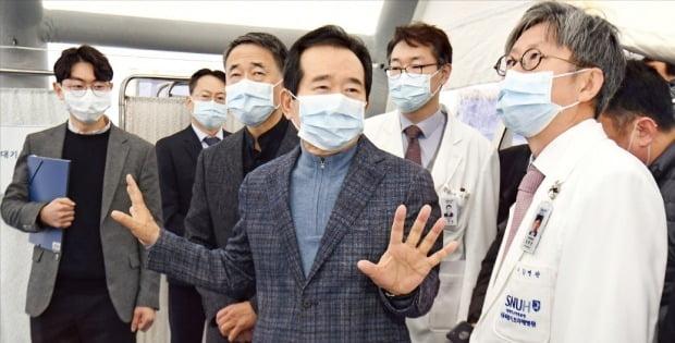 27日、丁世均(チョン・セギュン)首相(左から4人目)と朴凌厚(パク・ヌンフ)保健福祉部長官(同3人目)らが新型コロナウイルス感染症(武漢肺炎)選別診療所を運営中のソウル・ボラメ病院を訪問して感染対応状況を点検している。 キム・ポムジュン記者