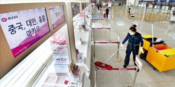 武漢肺炎の拡散に伴う憂慮で、中国はもちろん、香港や台湾地域への旅行も予約キャンセルが相次いでいる。29日、仁川国際空港第1ターミナルの旅行会社窓口が閑散としている。 キム・ポムジュン記者