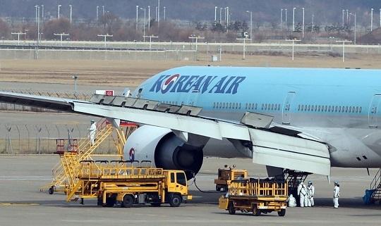 韓国政府がチャーター機を投じて中国・武漢に居住する僑民と留学生らを帰国させる予定の中、29日午前仁川空港の大韓航空整備場で整備士が航空機を整備している。チェ・ジョンドン記者