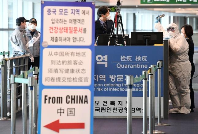 先月29日午前、仁川国際空港内の固定検疫台で看護将校と軍医官が検疫関係者らと言葉を交わしている。チェ・ジョンドン記者