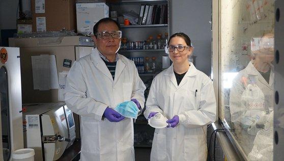 コーティングされた塩の結晶がウイルスを刺して殺すマスクを開発したアルバータ大のチェ・ヒョジク教授(左)と研究チームの弟子。塩コーティングマスクはフィルターなど核心技術の開発は完了したが、まだ完成された形の製品には作られていない。2人が手に持っているマスクは従来の一般マスク。[写真 カナダ・アルバータ大]