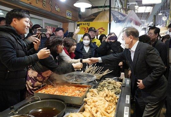 文在寅大統領が9日午後、忠清南道温陽温泉の市場を訪れ商人らと言葉を交わしている。[写真 青瓦台]
