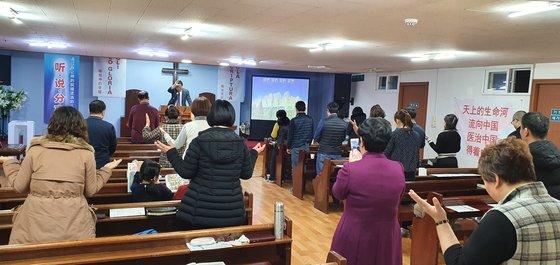 韓国滞在中国人が9日、ソウル大林洞「ソウル中国人教会」で礼拝している。中国政府の責任に言及しながらも「人民が一日も早く伝染病の苦痛から抜け出すことを願う」と語った。チャン・セジョン記者