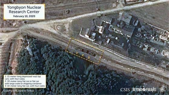 米国シンクタンクの戦略国際問題研究所(CSIS)が「ビヨンド・パラレル(Beyond Parallel)」ホームページに公開した衛星写真分析の画面。黄色の四角の中に特殊貨車3両が停車しているのが見える。エアバスの商業用衛星が今月10日に撮影した映像だ。[写真 ビヨンド・パラレルのホームページ]