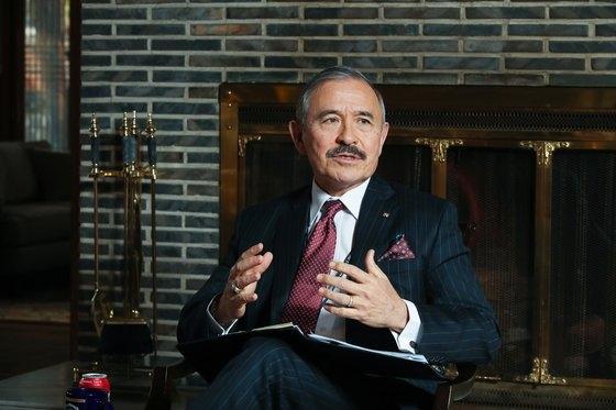 ハリス大使は明るい表情でインタビューに臨みながらも、GSOMIA問題などの懸案問題では慎重に意見を明らかにした。ウ・サンジョ記者
