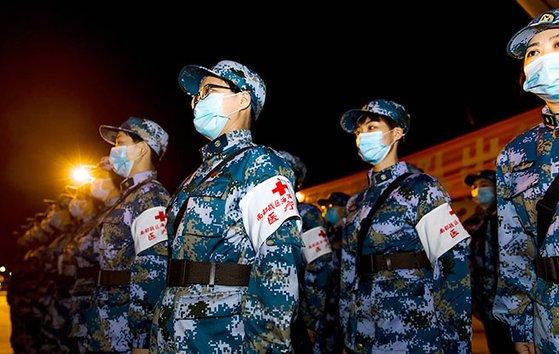 新型コロナ患者数の急増に応じて中国軍の医療陣が大勢支援に当たっている。[中国人民網 キャプチャー]