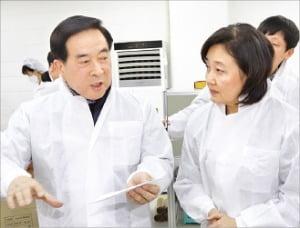 京畿道安養のマスク製造会社エバーグリーンのイ・スンファン代表(左)が朴映宣(パク・ヨンソン)中小ベンチャー企業部長官にマスク製造過程を説明している。