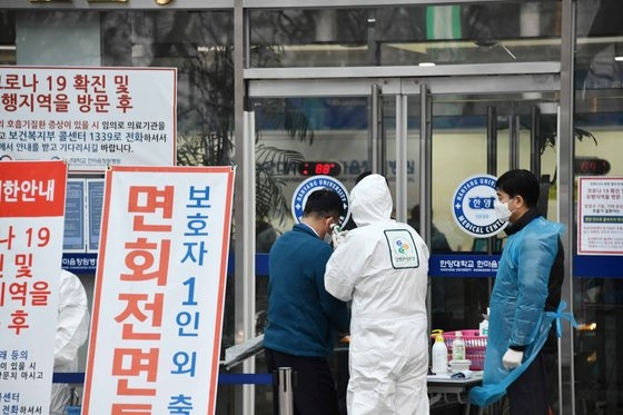 先月25日午前、昌原市城山区(チャンウォンシ・ソンサング)のハンマウム昌原病院の外来診療が始まった。職員と疾病管理本部関係者が出入者発熱検査や手消毒などを行っている。キム・グヨン記者