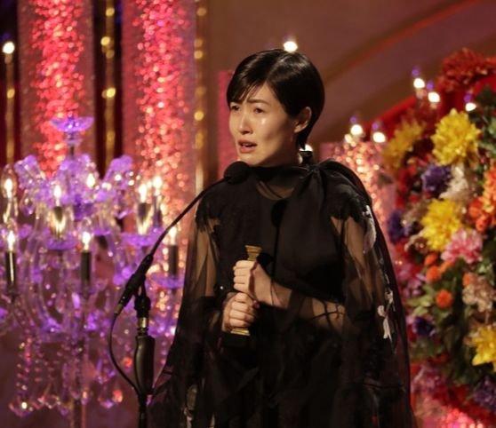 6日、日本アカデミー賞授賞式で最優秀主演女優賞を受けた女優シム・ウンギョン。[写真 日本アカデミー賞協会]
