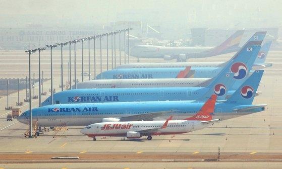 新型コロナウイルスの余波で韓国人の入国を制限または禁止する国が増え、国際線の航空便運航が相次いで中断されている中、9日午前、仁川(インチョン)国際空港の駐機場に航空機がとまっている。キム・ソンリョン記者