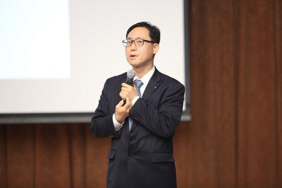 世宗大学のキム・デジョン教授が韓国経営学会で「通貨危機再発を防ぐために外貨準備高の2倍拡大が必要だ」という内容で論文を発表している。キム教授は海外学術誌と国内学会などで持続的に「韓国の適正外貨準備高が不足している」として韓国政府に対策を要請した。